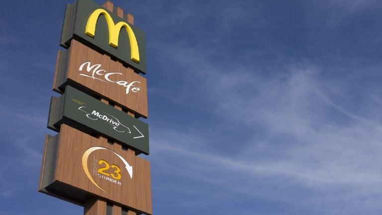 据说,麦当劳的眼睛新的合作伙伴康复的广场餐厅说
