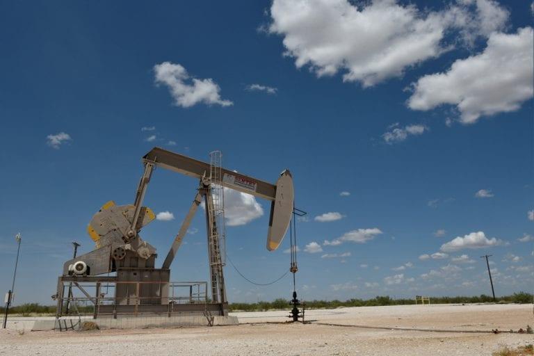 石油集会作为陡峭的美国汽油库存绘制过海域原油建设