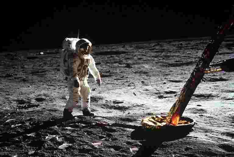"""美国宇航局准备在月球上送""""第一个女人和下一个男人"""""""