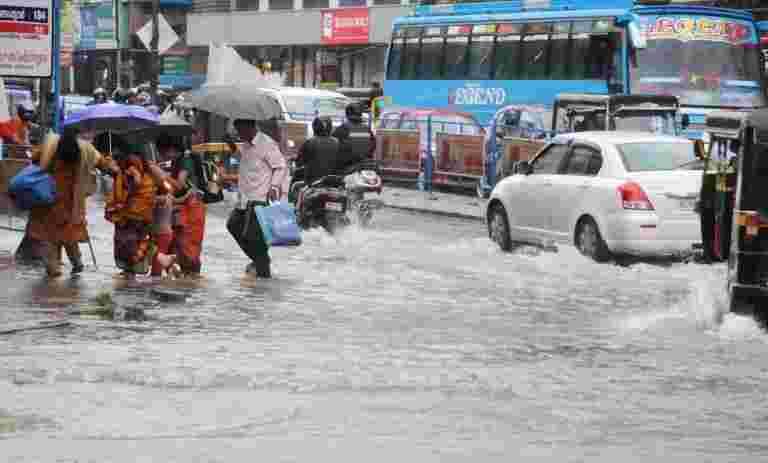 海军救援500强洪水袭击喀拉拉邦