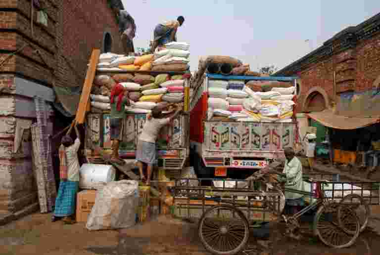 国际劳工组织在印度的工资法实施更强; CITES低薪,不平等